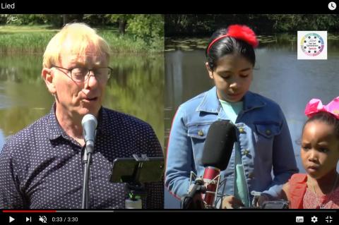 Medewerkers en bewoners zingen 'Wonderful World'