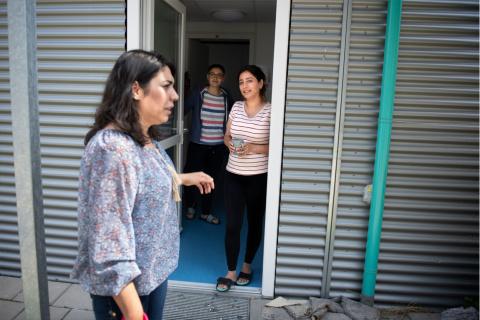Statushouder Sozdar Khalaf in gesprek met bewoners van het azc