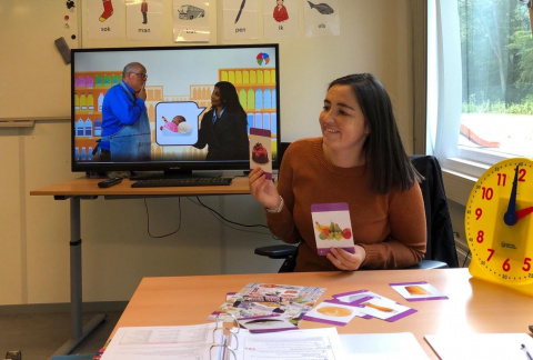 Anne-Laure Valentino geeft taales in azc Rijswijk