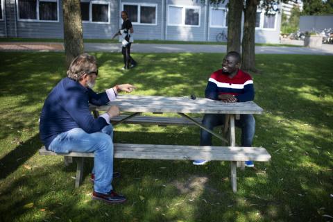 Matendo Makoti in gesprek met een collega