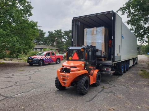 Een container met spullen voor Litouwe staat klaar voor verzending