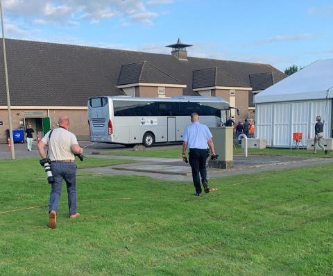 de eerste bus met evacuees uit Afghanistan