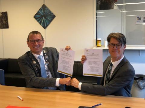 Ondertekening verlenging Hardenberg met burgemeester Offinga en bestuurslid Joeri Kapteijns