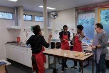 Alleenstaande minderjarigen krijgen kookles in kleinschalige woonvoorziening