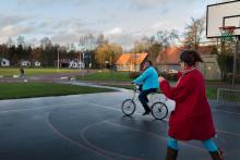 Vrijwilliger leert asielzoeker fietsen in azc