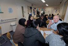 Vrijwilligers geven taalles in azc