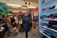 Vrijwilligers runnen kledingwinkel in azc